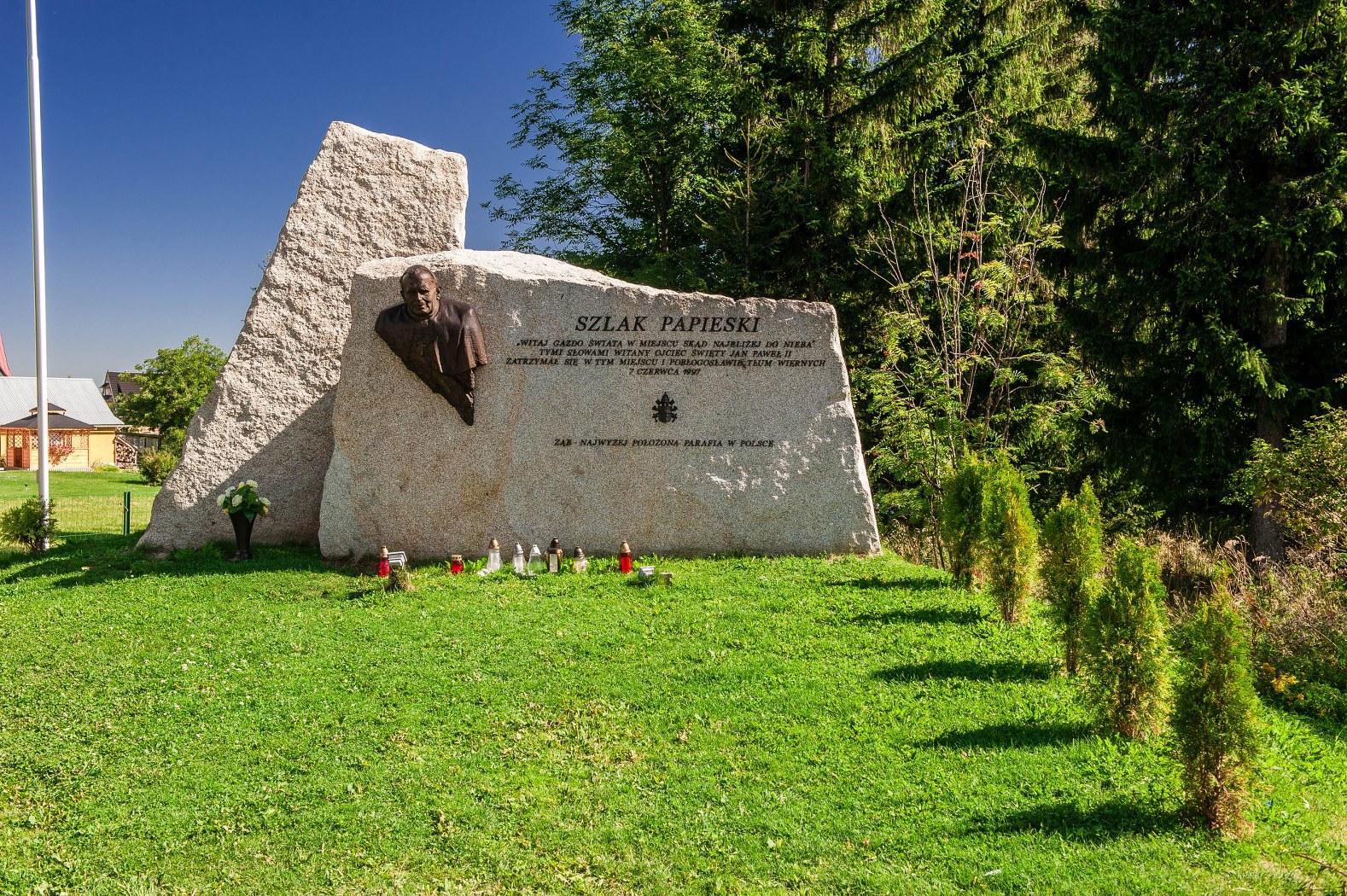 обелиск в память о папе Иоанне Павле II.