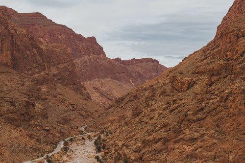 sklalnatá lezecká oblast poblíž Tinghiru