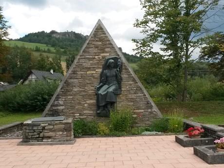 pamätník – Priadka