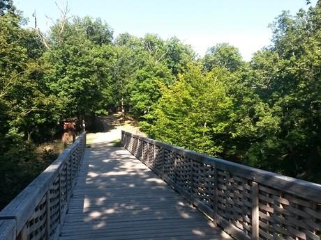 most vedoucí ke zřícenině hradu Nový Hrádek