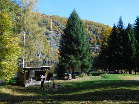 stezka Svatojánské proudy – trampská osada Ztracenka