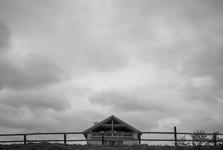 с помощью Четкости облака на этой черно-белой фотографии приобрели большую драматичность