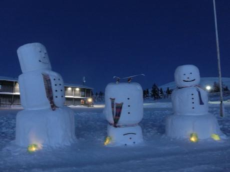 v zimnom období miestni obyvatelia stavajú veselých snehuliakov