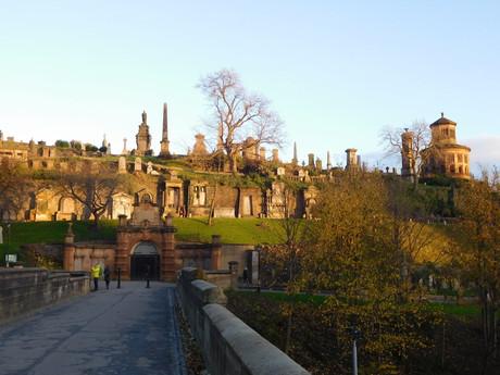 cesta přes starý most k nekropoli