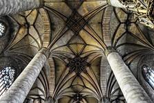 красивый потолок в соборе