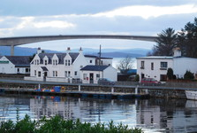 Kyleakin, на заднем плане Skye Bridge