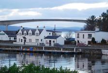 Kyleakin, v pozadí Skye Bridge