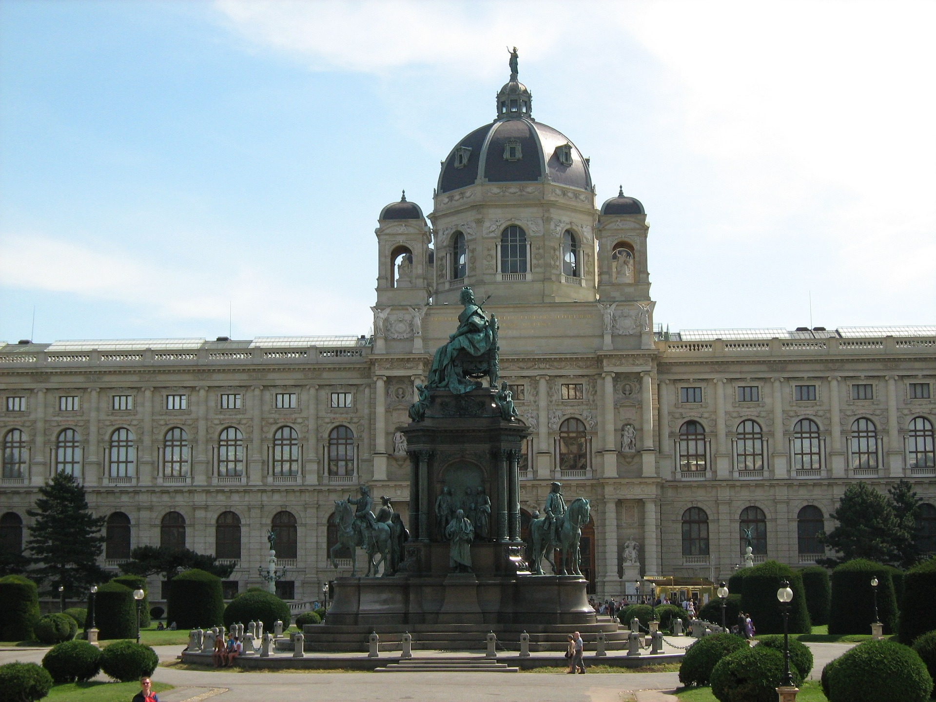 monumentálny pomník Márie Terézie z r. 1888 stojí medzi Kunsthistorickým a Prírodovedným múzeom