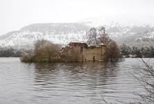 руины островного замка на озере Loch an Eilein