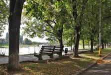 rieka Už, lipová aleja, v pozadí most TGM