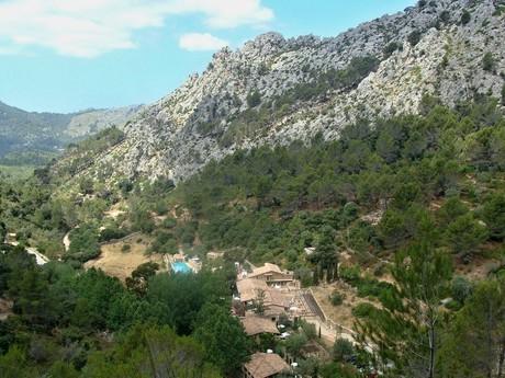 vesničky vybudované na skalách