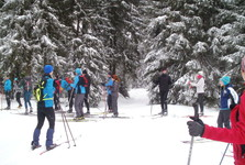 výhled na prošlápnutou lyžařskou stopu v trase NS Černá Nisa