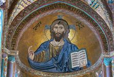 vnitřek normanské katedrály