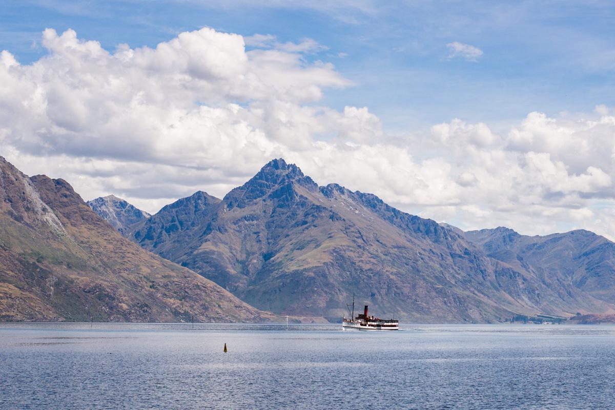 jezero Wakatipu a historický parník TSS Earnslaw