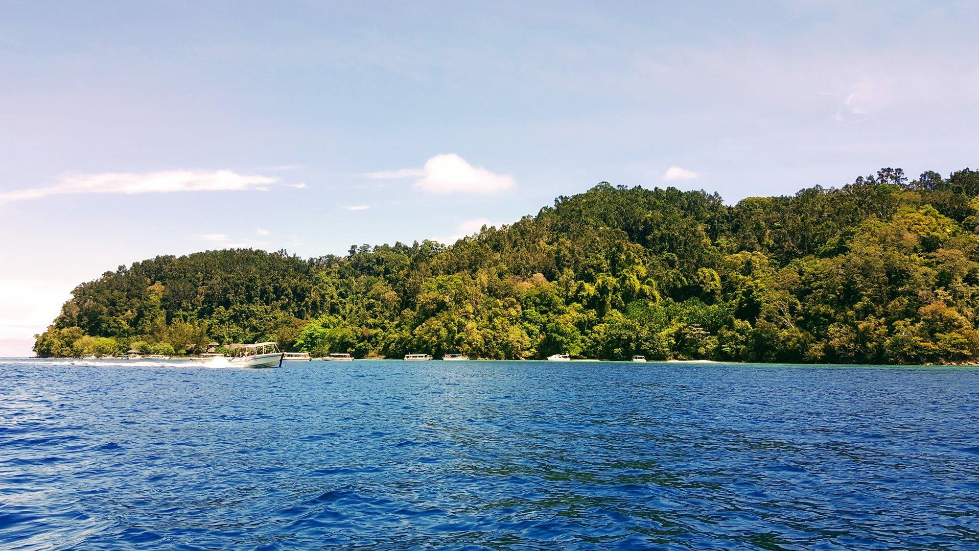 příjezd lodí k ostrovu Gaya