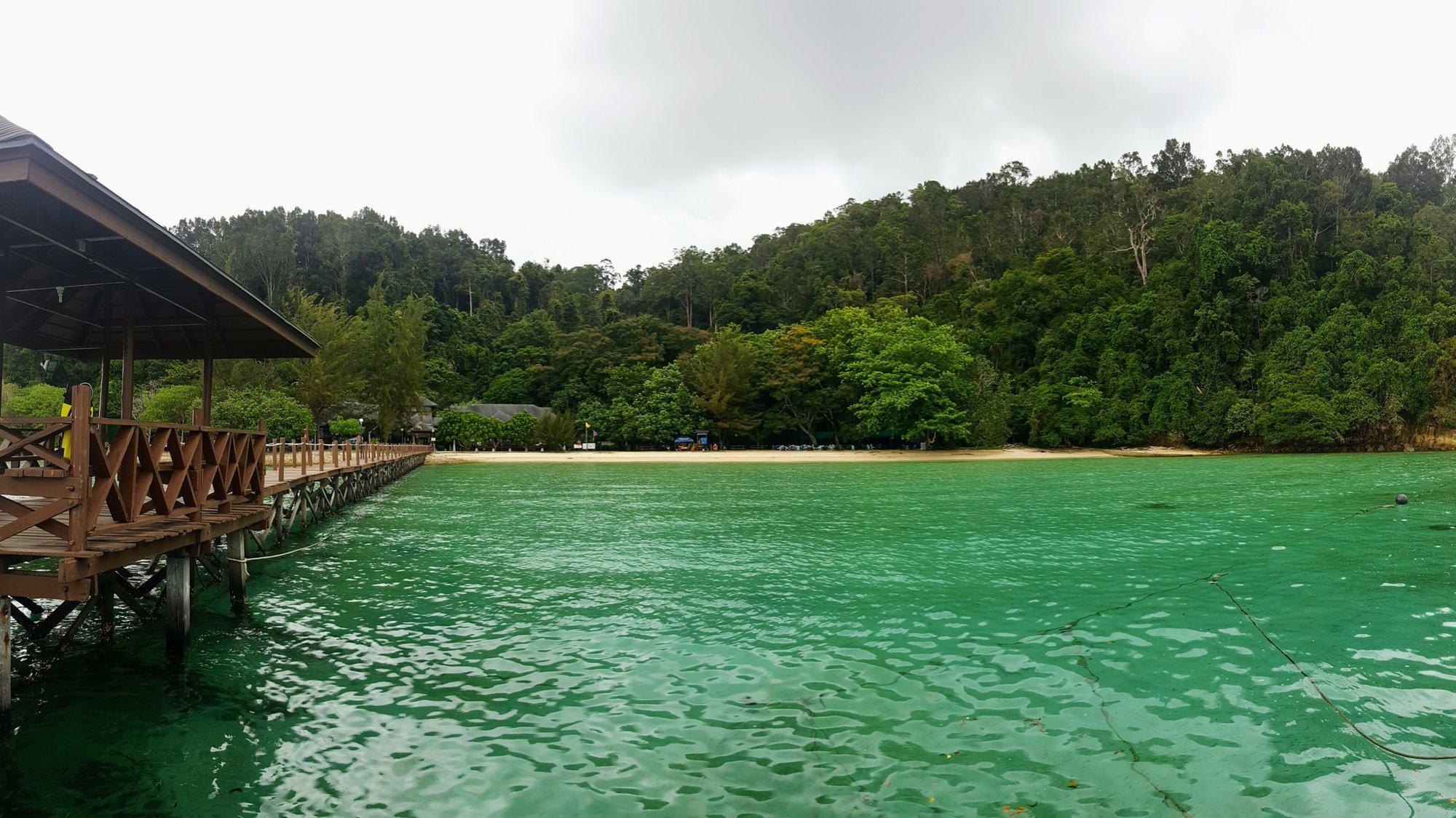 ostrov Gaya – molo, odkud odjíždějí lodě a pohled na pláž