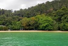 příjemná pláž na zeleném ostrově