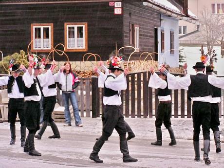 масленичная процессия в деревне