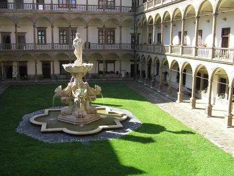 nádvoří a tekoucí fontána