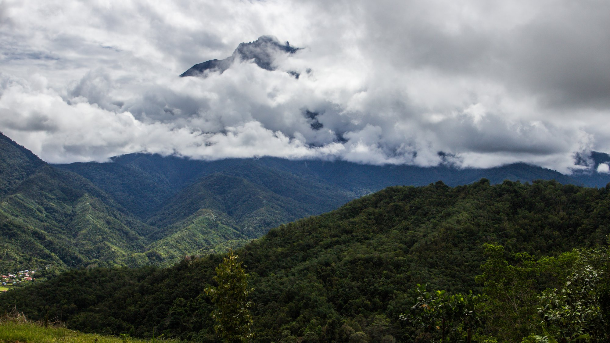 národní park Kinabalu a Mount Kinabalu v mracích