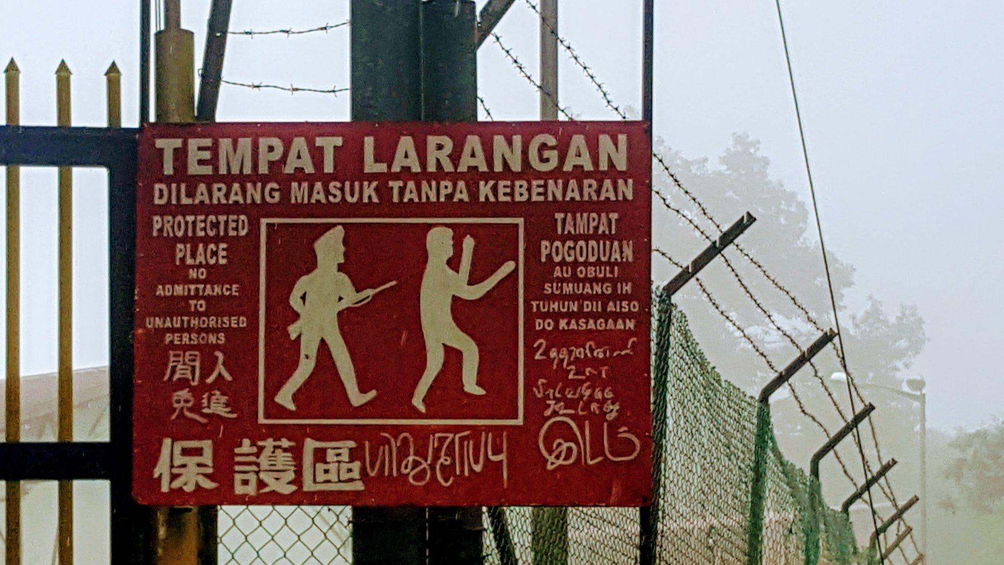 výstražný nápis před vstupem na začátek treku k hoře Mt Kinabalu