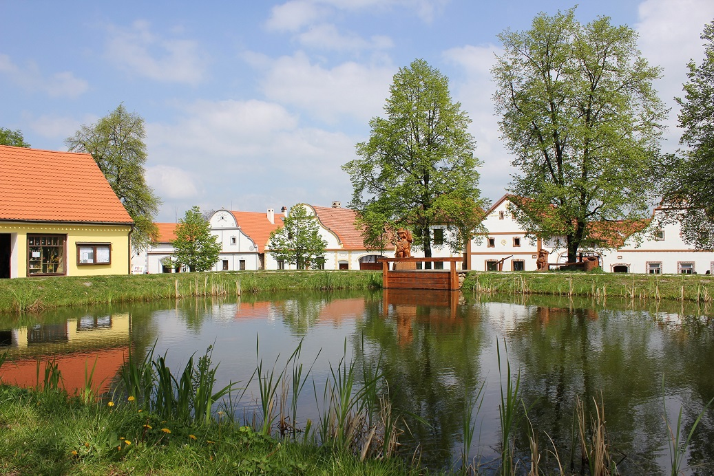 деревенская площадь с водяным и прудом