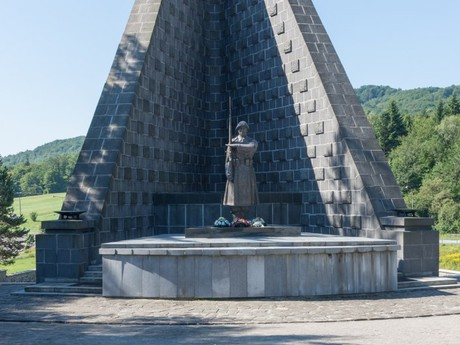 vojenský hřbitov s památníkem čs. armádního sboru