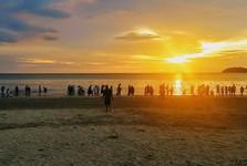 закат солнца и толпы фотографирующих туристов