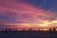 закат солнца играет самыми разнообразными оттенками красок