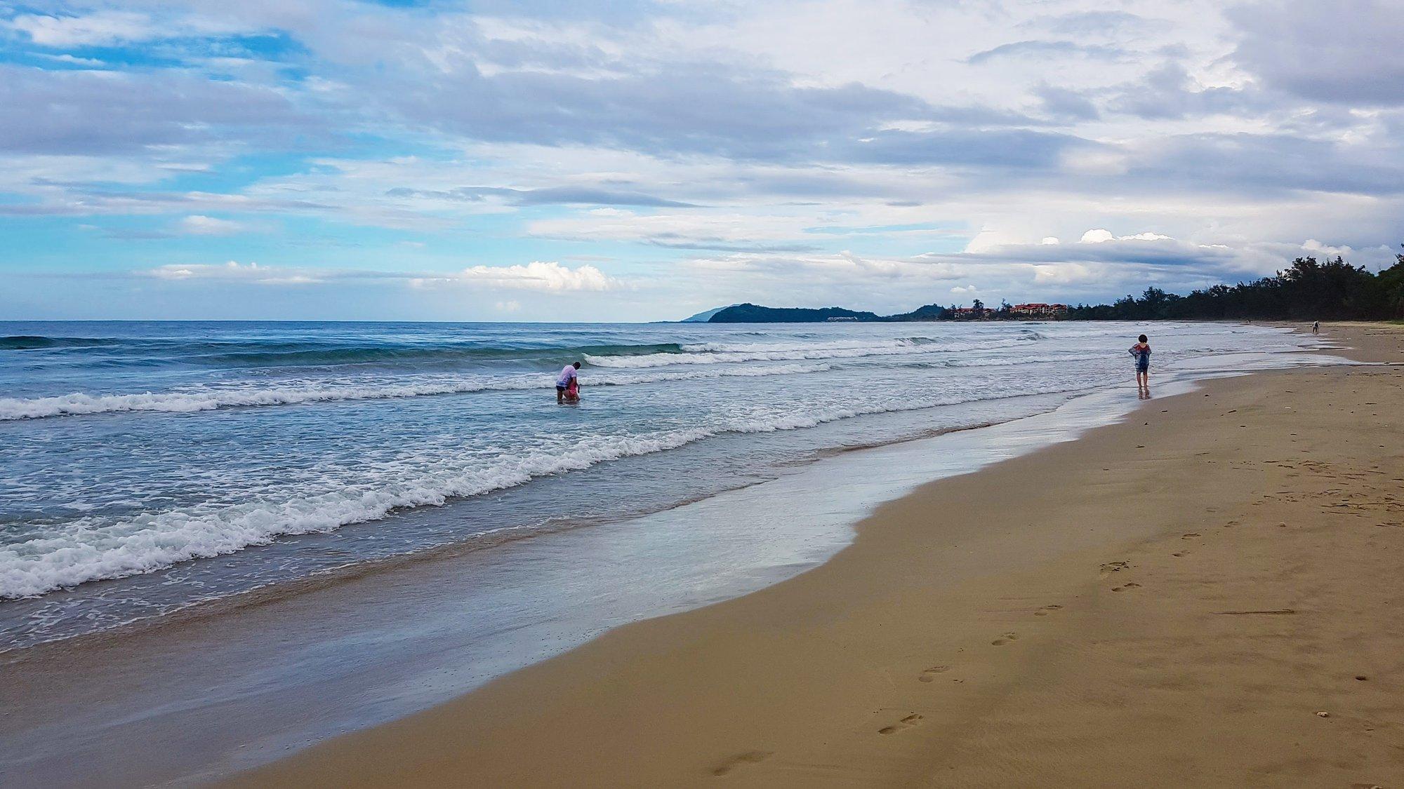 пляж Карамбунай в близости фешенебольного курортного комплекса