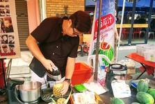 Sunday Market na Gaya Street – čerstvé ananasové smoothie