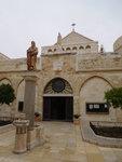 nádvorie pred kostolom sv. Kataríny, uprostred socha sv. Hieronýma