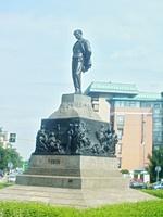 Vedi's statue on Piazza Michelangelo Buonarroti