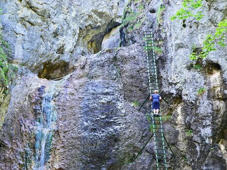 stúpanie rebríkom popri Veľkom vodopáde