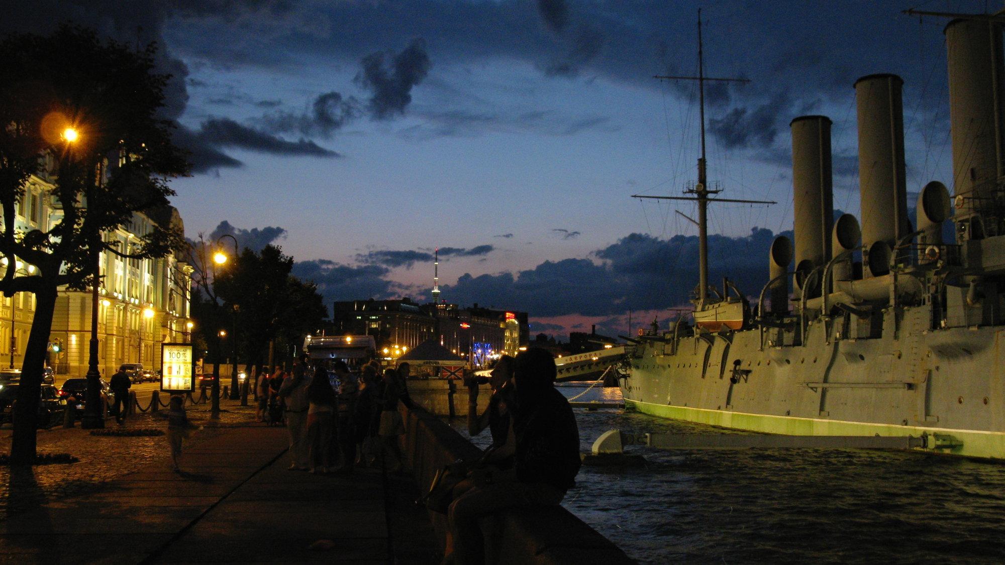 белые ночи в Санкт-Петербурге могут выглядеть также так - в один момент сразу наступают сумерки