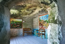 skalní místnost s historickými obrazy