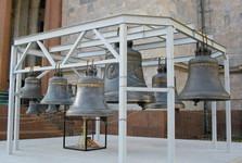 zvony pri vchode do chrámu sv. Izáka