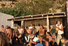hudba na pláži při západu slunce