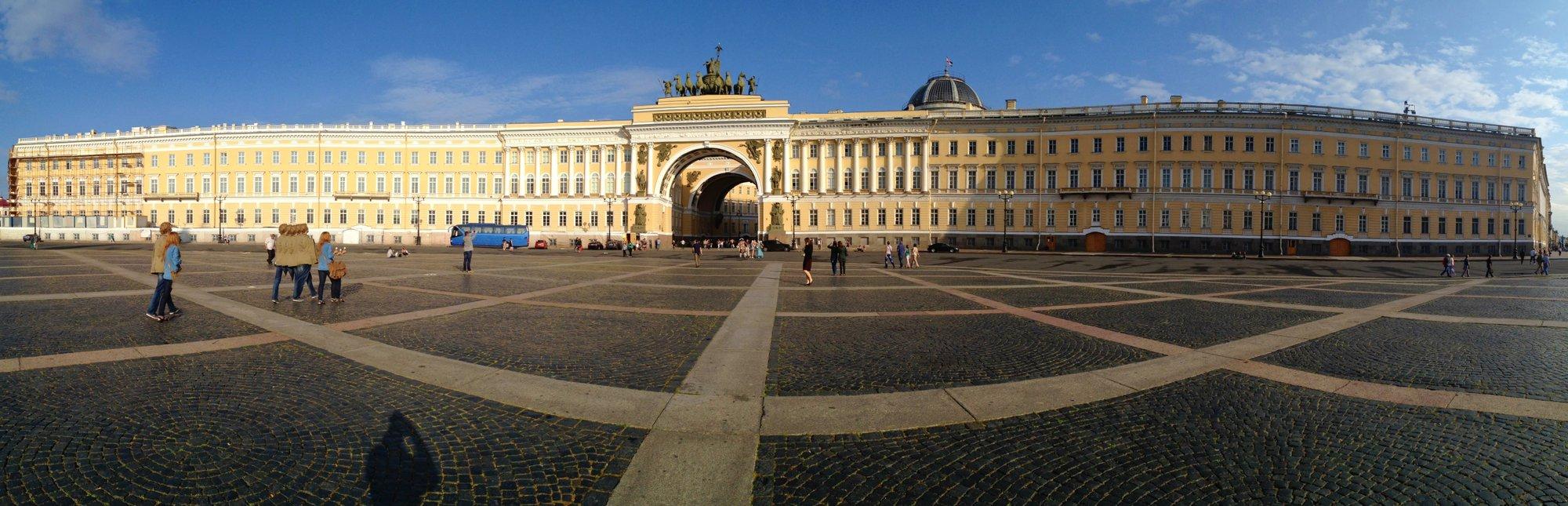 вид на Дворцовую площадь со стороны Зимнего дворца