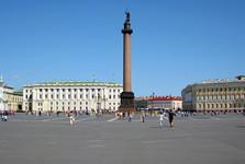 Александровская колонна доминирует на Дворцовой площади