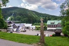 dřevěný kříž před kostelem sv. Václava a skokanské můstky