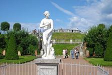 sochy neodmyslitelně patří ke zdejším zahradám