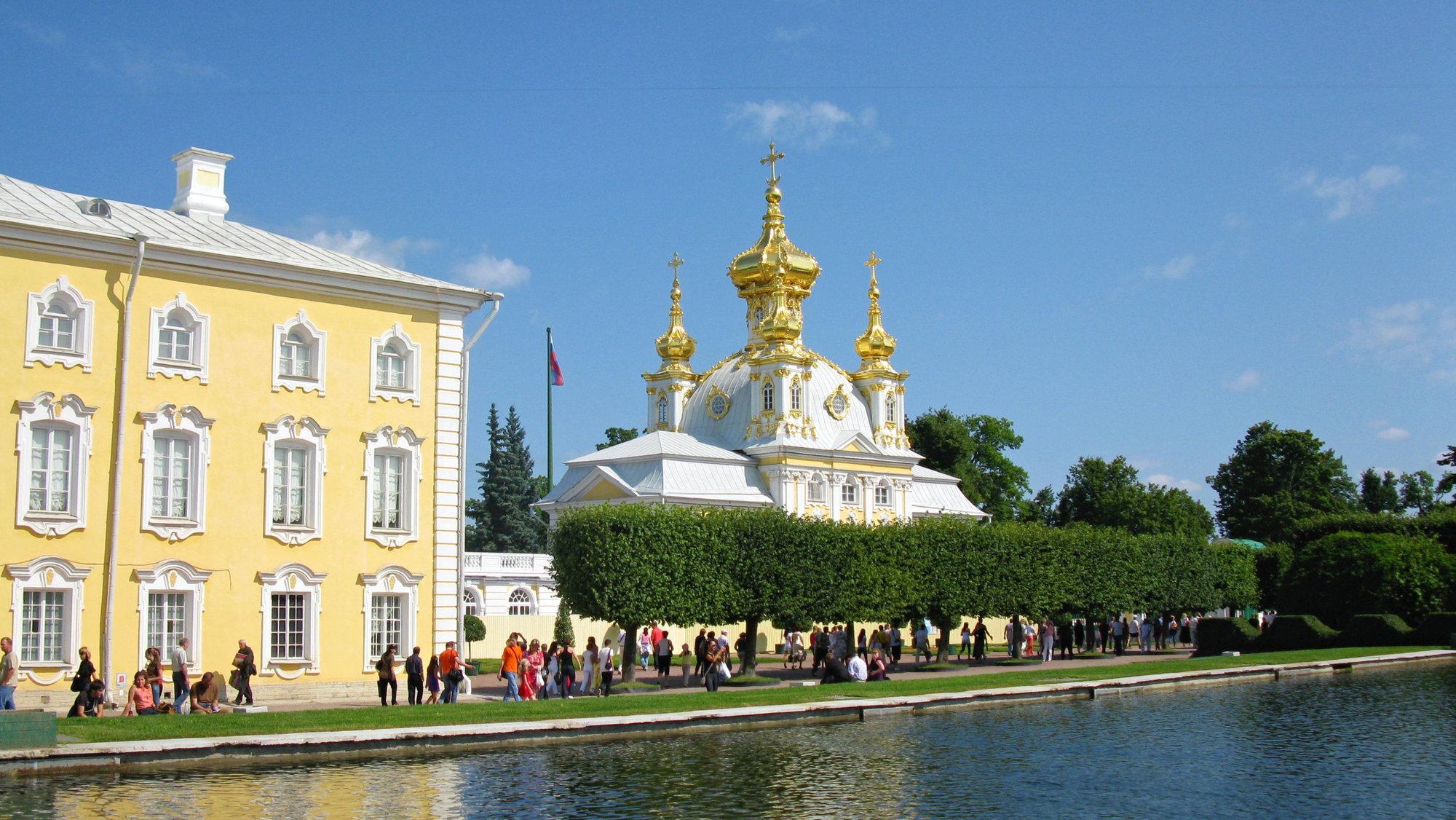 в Петергоф ежедневно приезжают сотни посетителей