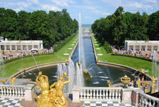 pohled od hlavního paláce až na Finský záliv