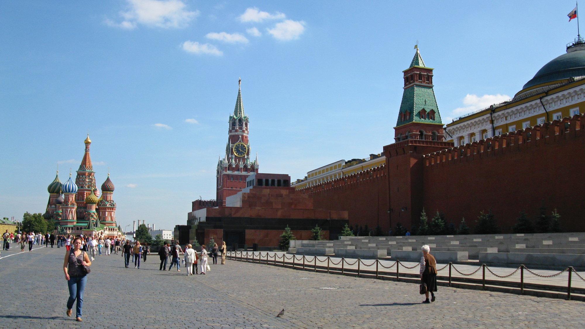 своим цветом мавзолей немного сливается с кремлевской стеной