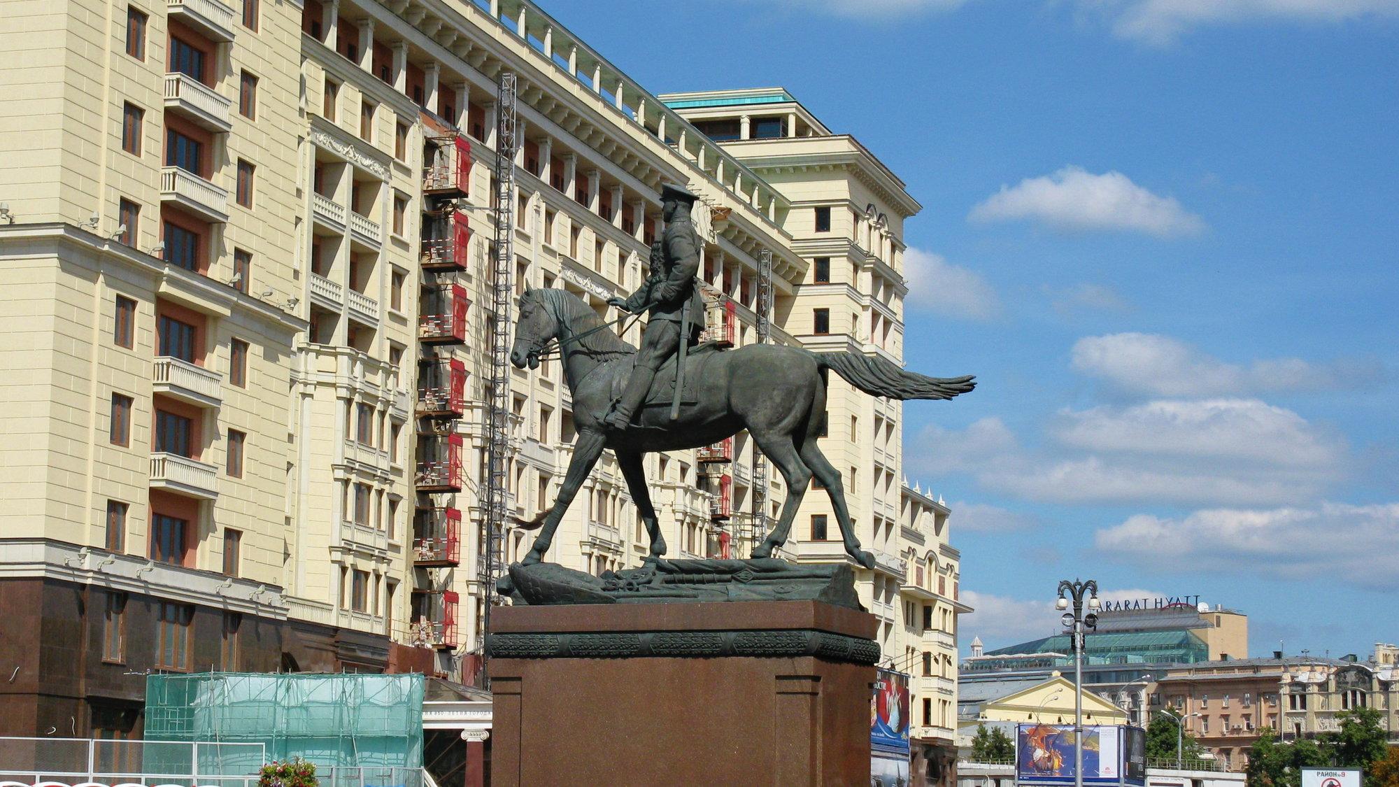 socha maršála Georgije Žukova před budovou muzea