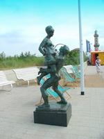 socha milenců Liebespaar, promenáda (Warnemünde)