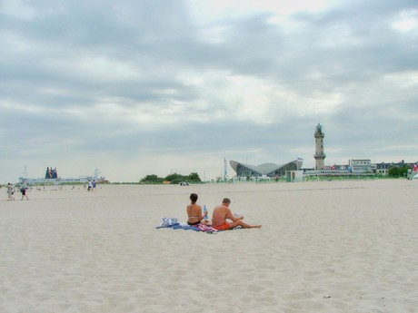 pohled na maják z pláže (Warnemünde)