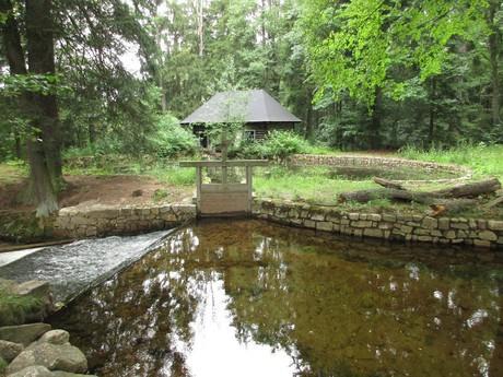 плотина с бывшей гидроэлектростанцией