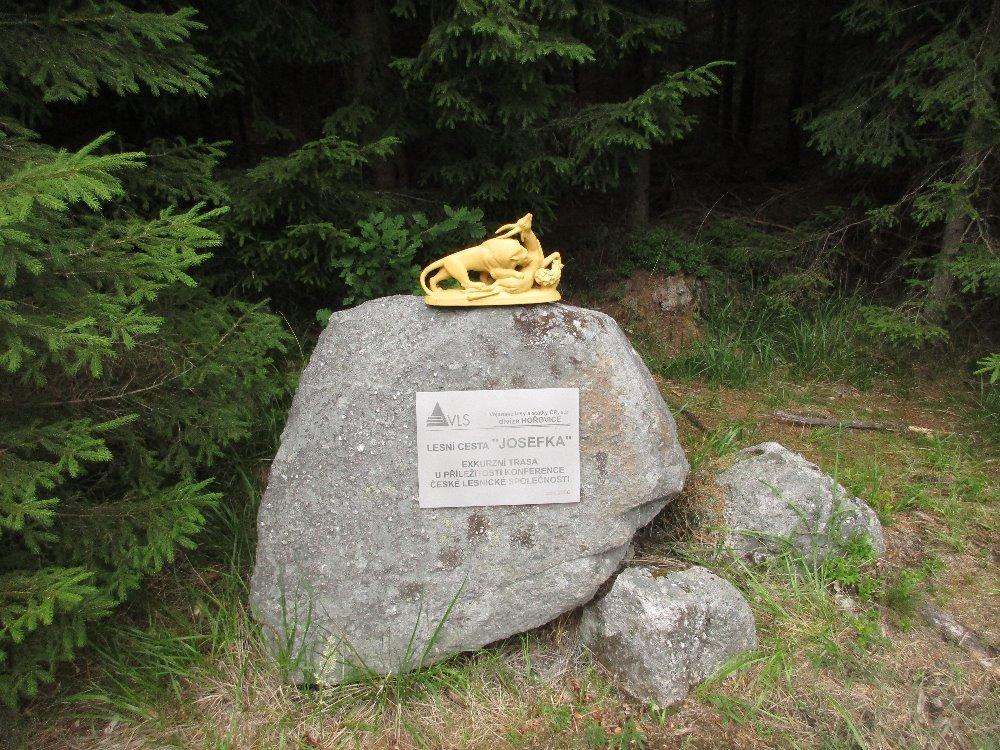 08633137c19 strážní budka u bývalé hájovny pamětní kámen na lesní cestě Josefce